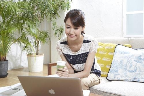 リラックスしながらブログを読む女性